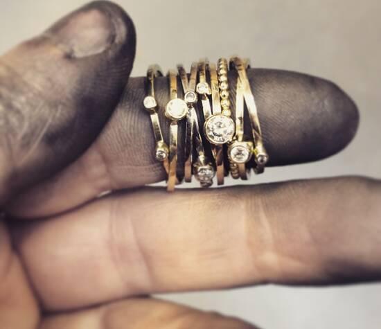 Handgemaakte ringen gemaakt van oud goud.