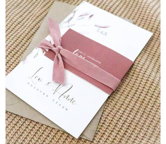 Mooie trouwkaart met goudfolie, takjes en een velvet lint