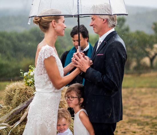 campingbruiloft in Frankrijk / regen tijdens de ceremonie